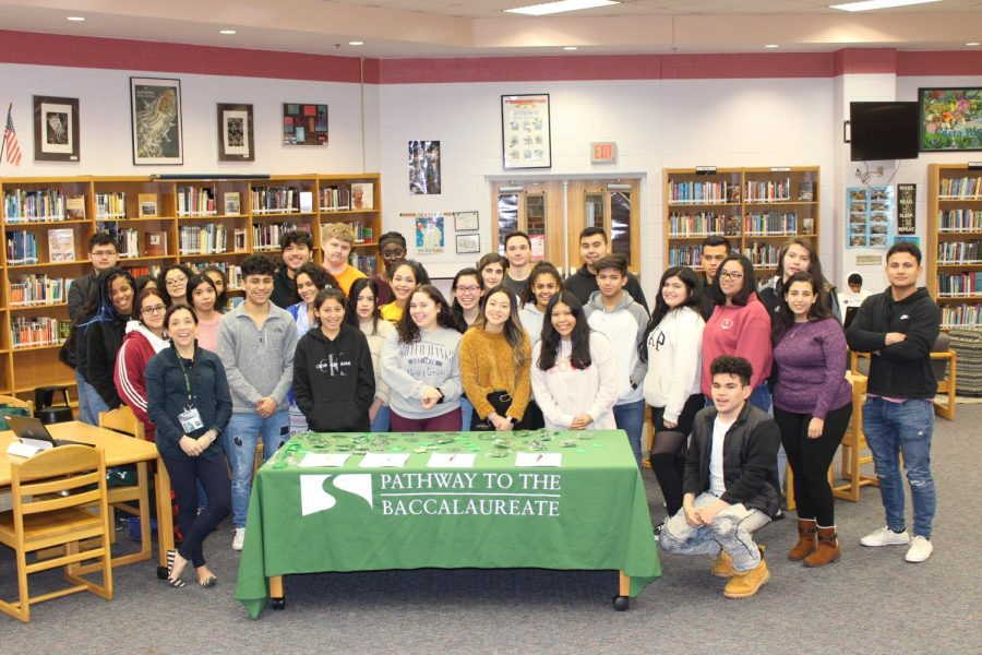 Students+gather+to++sign+their+contracts+for+the+Pathways+Program.